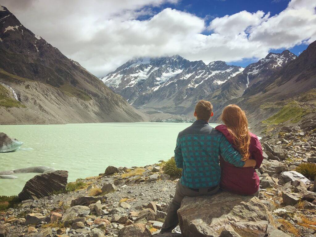 נוף הרים ומי קרחונים