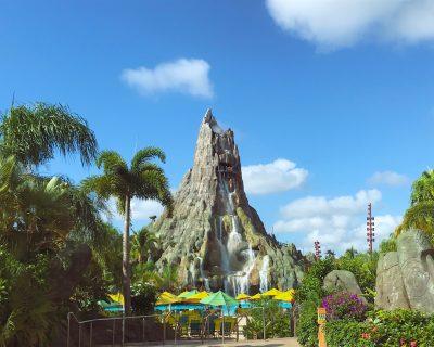 פארק מים עם הר געש